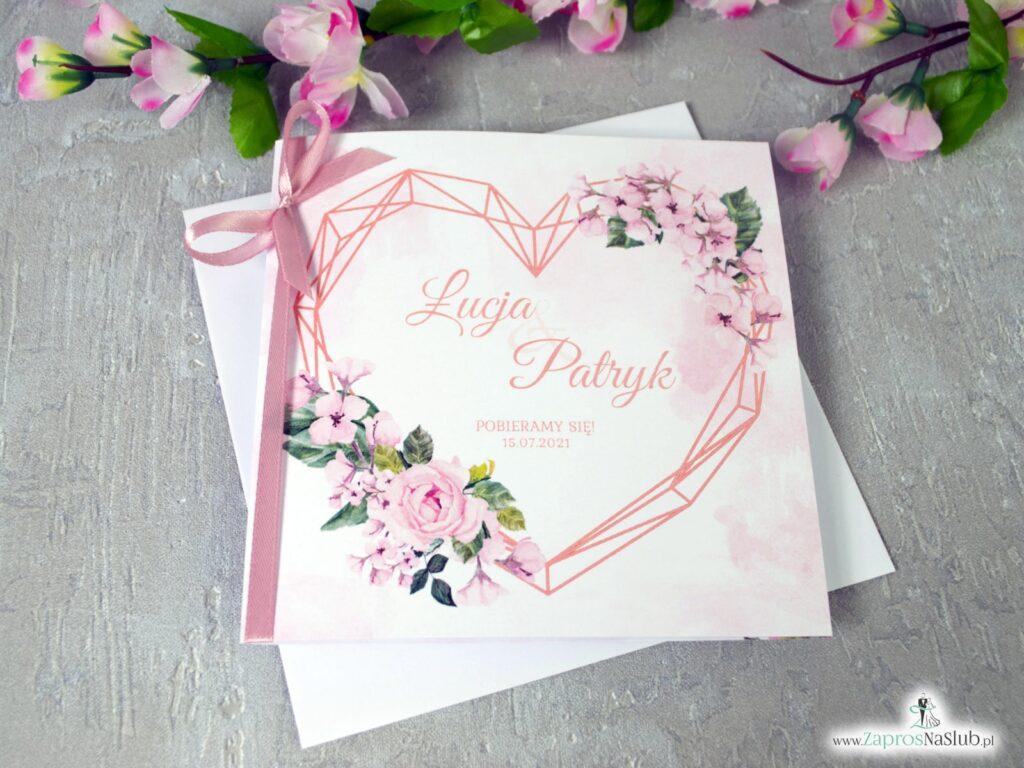 Modne zaproszenia na ślub z różowymi kwiatami róży i geometrycznym sercem, różową wstążką ZAP-41-23-min