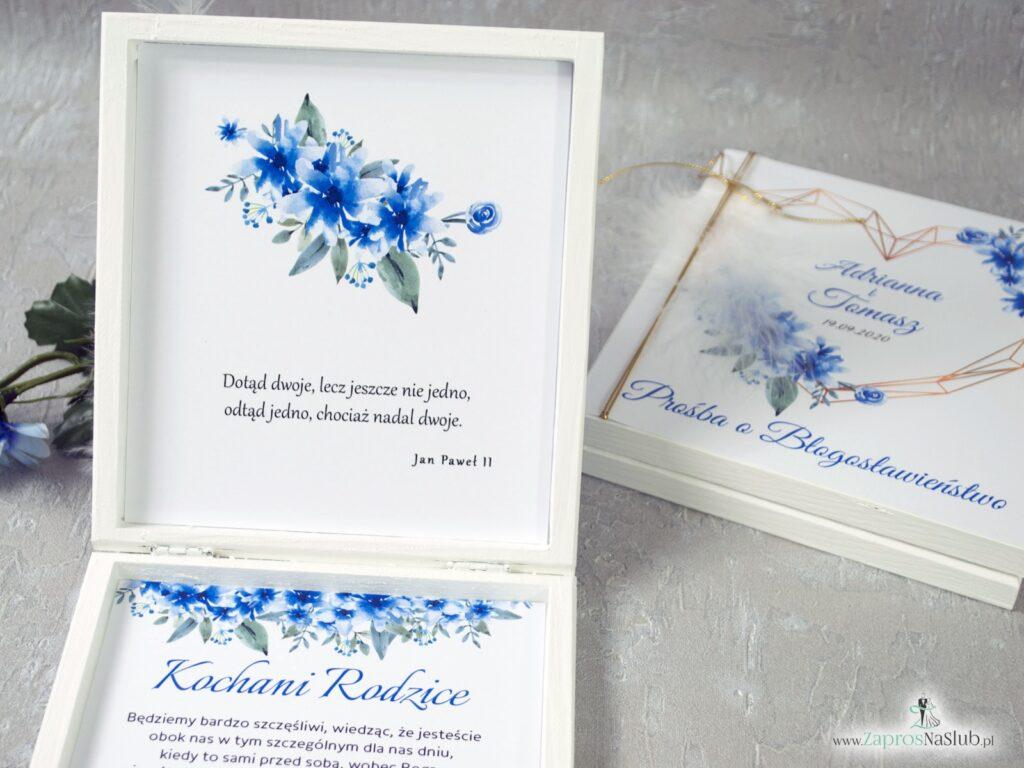 Prośba o błogosławieństwo dla rodziców na ślub w drewnianym pudełeczku z geometrycznym sercem i białym piórkiem,. Niebieskie kwiaty chabry. POB-41-22