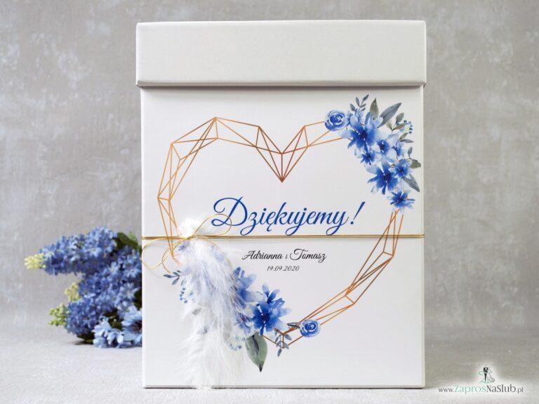 Pudełko na koperty z niebieskimi kwiatami, geometrycznym sercem i białym piórkiem, przewiązane złotym sznurkiem. PNK-41-22