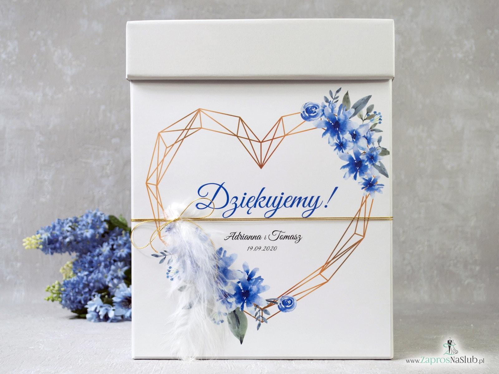Pudełko na koperty z geometrycznym sercem, niebieskimi kwiatami i białym piórkiem. PNK-41-22