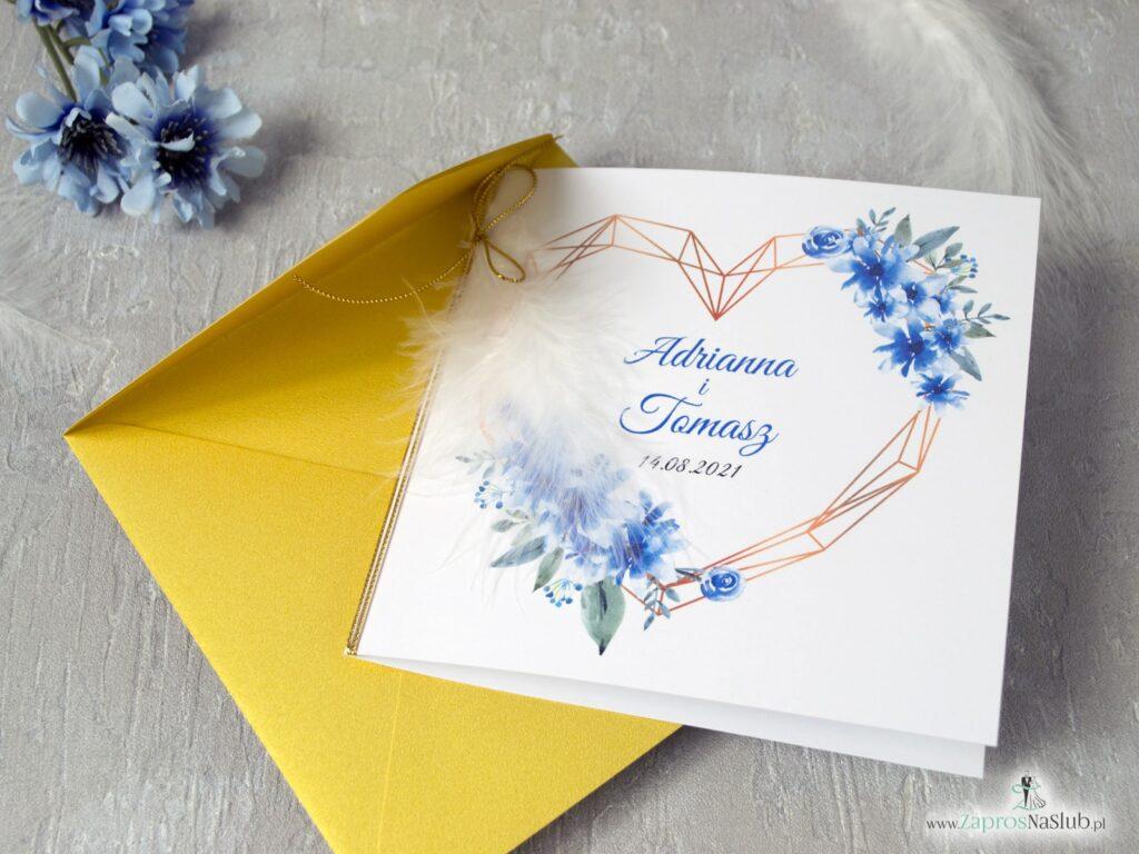 Zaproszenia na ślub geometryczne z piórkiem i złotą kopertą z niebieskimi kwiatami ZAP-41-22