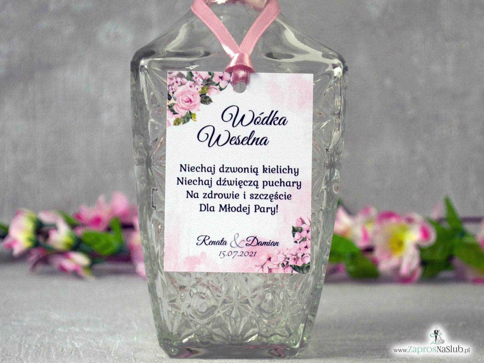 Zawieszka na alkohol z różowymi kwiatami i delikatnym tłem. ZAW-41-23
