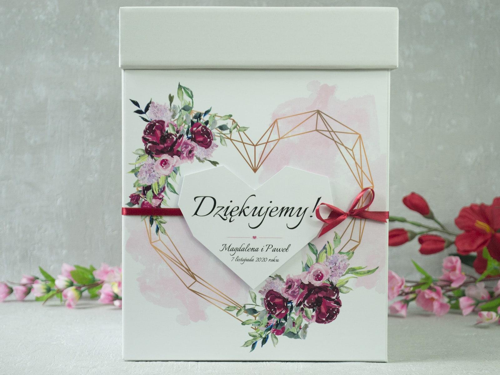 Pudełko na koperty z kwiatami piwonii i geometrycznym sercem. PNK-41-08