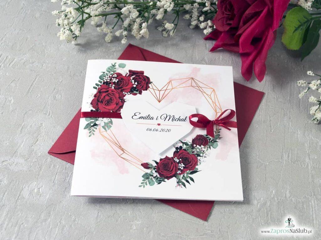Eleganckie zaproszenia ślubne z czerwonymi różami i geometrycznym sercem. Okładkę zaproszenia ślubnego stanowią geometryczne, delikatnie linie, złożone w kształt serca, które, otulone są pięknymi kwiatami róży w intensywnym czerwonym kolorze