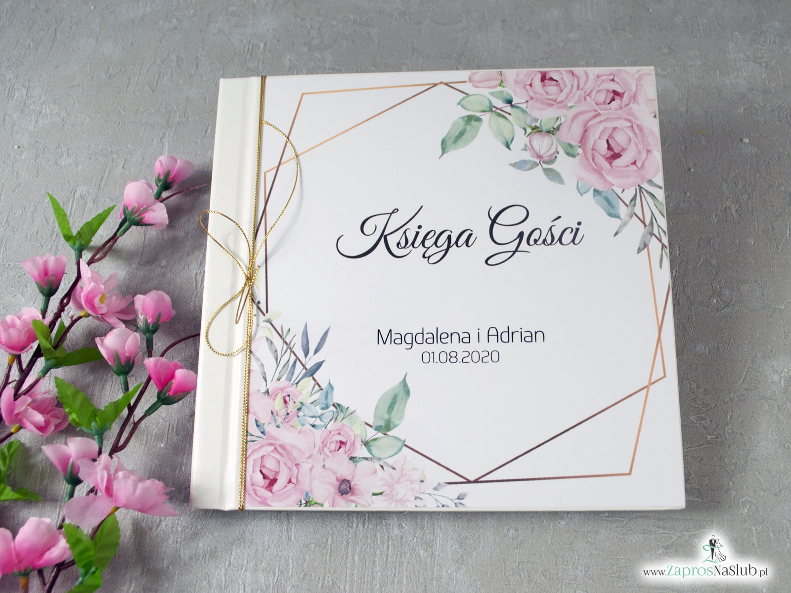 Księga gości z delikatnymi różowymi kwiatami i geometrycznymi liniami. KSG-132