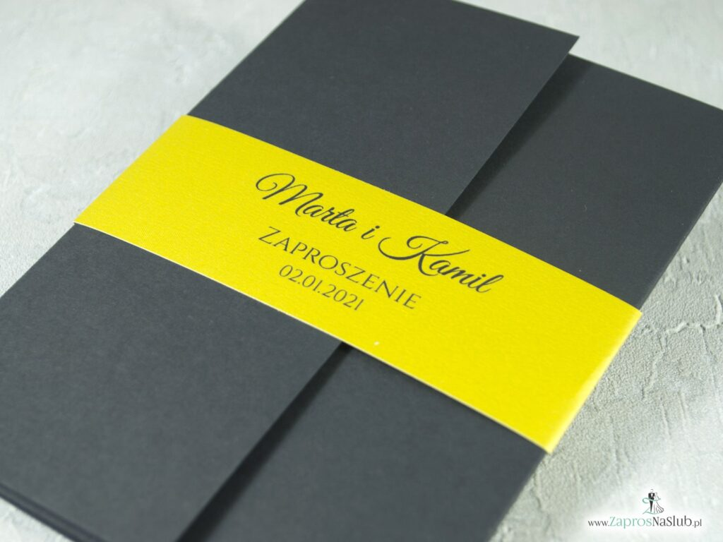 Eleganckie zaproszenie ślubne w czarnym kolorze ze złotą opaską i wnętrzem ZAP-134