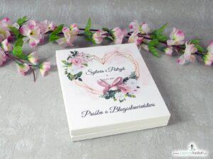 Prośba o błogosławieństwo dla rodziców w drewnianym pudełeczku z białymi i różowymi kwiatami oraz geometrycznym sercem POB-41-12