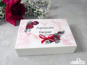 Drewniane pudełko, szkatułka na obrączki w kolorze białym z czerwonymi różami. PNO-41-09