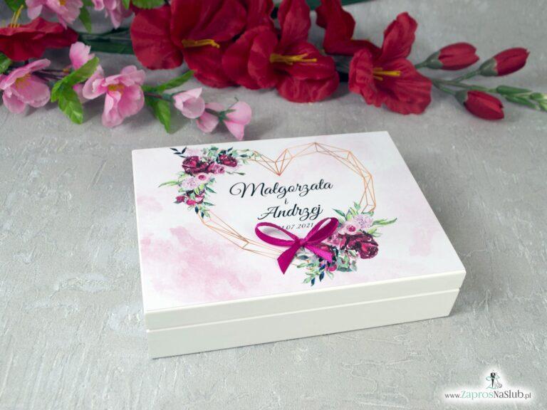 Drewniane pudełko, szkatułka na obrączki z piwoniami i geometrycznym sercem PNO-41-08 - ZaprosNaSlub