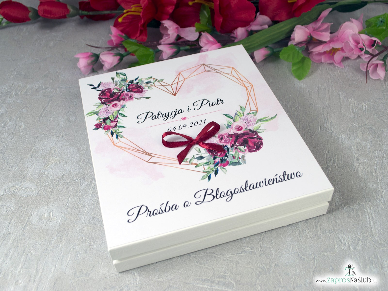 Prośba o błogosławieństwo rodziców w drewnianym pudełeczku z kwiatami piwonii POB-41-08