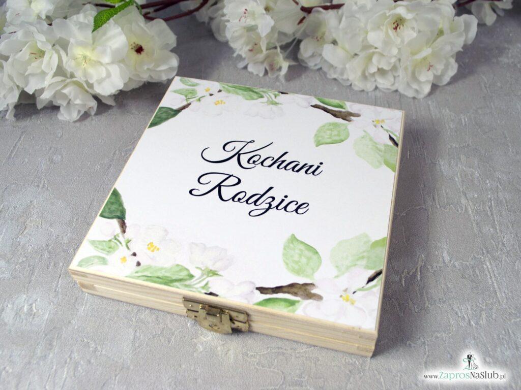 Zaproszenie dla rodziców w drewnianym pudełku z kwiatami wiśni POB-76-19-