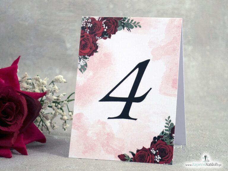 Numer stołu z czerwonymi różami i delikatnym tłem NNS-41-09 - ZaprosNaSlub